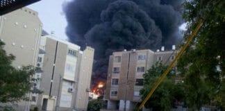 Brann i malingsfabrikk i Sderot lørdag, etter nedslag av rakett fra Gaza. (Foto: IDF)