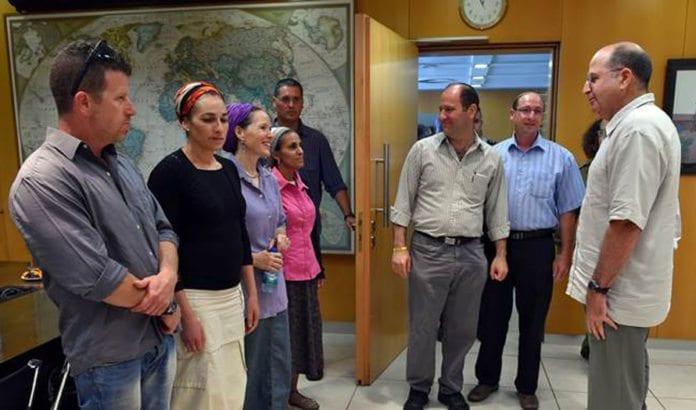 Forsvarsminister Moshe Ya'alon i møte med kidnappingsofrenes foreldre. (Foto: Ariel Hermony, Forsvarsdepartementet)