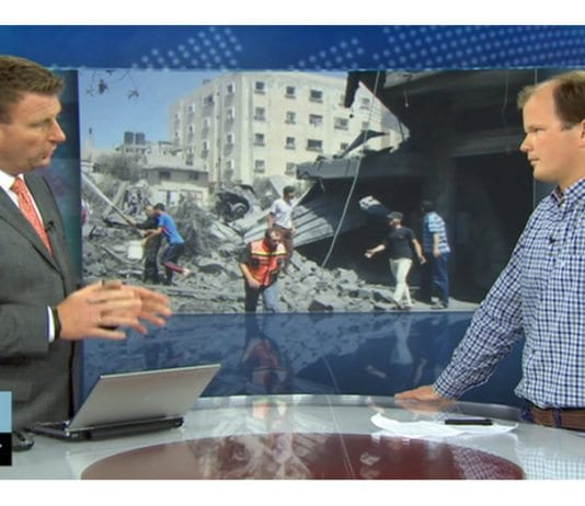NRKs programleder Jon Gelius intervjuer Conrad Myrland, daglig leder i Med Israel for fred. (Skjermdump fra NRK)