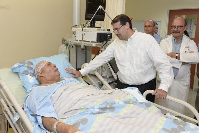 USAs ambassadør til Israel Daniel B. Shapiro besøker Ilan Solomon, en israeler som ble skadet i et rakettangrep fra Gaza-stripen mot Ashdod fredag 11. juli. Solomon fikk splintskader i armen. (Foto: Matty Stern, USAs ambassade i Tel Aviv)