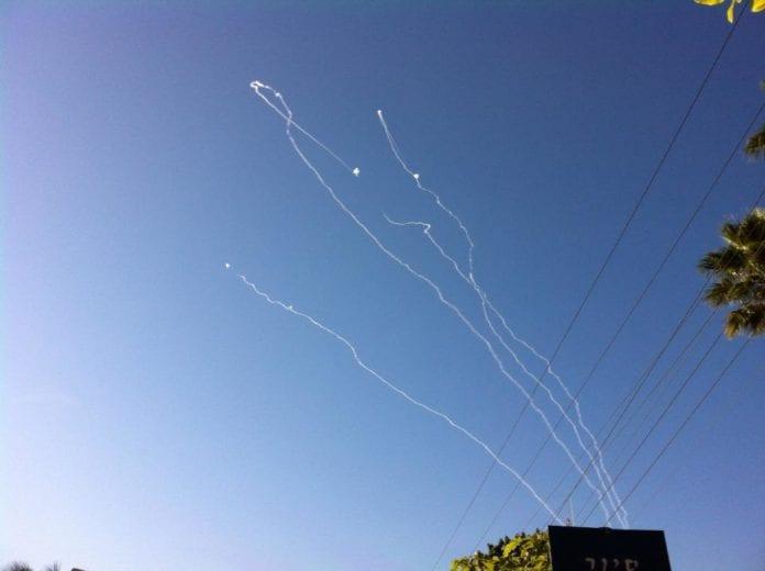 Iron Dome tilintetgjør her terrorraketter fra Hamas over Ashkelon, lørdag 12. juli 2014. (Foto: Israel Ministry of Foreign Affairs, flickr.com)