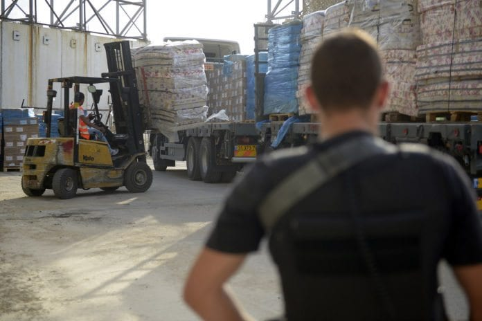 Israel slipper inn varer på Gaza-stripen under den to timer lange våpenhvilen med Hamas søndag. (Foto: Israel Defense Forces, flickr.com)