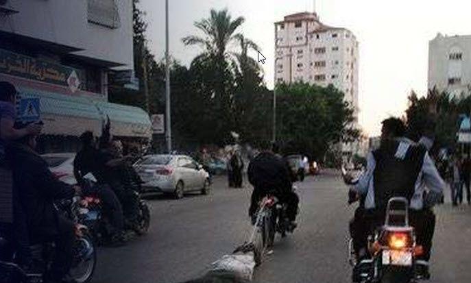 Bildet viser Hamas-terrorister trekke en mann de mistenker for å ha samarbeidet med Israel bortover asfalten etter en motorsykkel. Slike bilder ble publisert i internasjonale medier under Gaza-krigen i 2009. (Skjermdump via i24news)