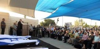 Statsminister Benjamin Netanyahu taler i de tre drepte guttenes felles begravelsesseremoni. (Foto: GPO)