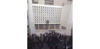 Ubevæpnede jøder skal ha holdt stand og forhindret et hundretalls pøbler bevæpnet med køller å ta seg inn i synagogen. (Fotograf: Ukjent)