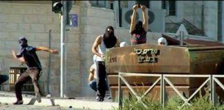 Palestinske demonstranter kaster stein i gatene etter drapet på en arabisk ungdom i Jerusalem. (Foto: Skjermdump fra Jerusalem Post web-tv)