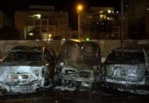 Tre biler i den israelske byen Ashdod er fullstendig ødelagt av en terror-rakett fra Gaza-stripen. Bildet er fra krigen i 2014. (Foto: IDF)