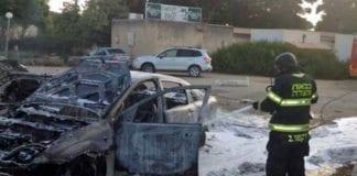 Her slokkes en av brannene som oppsto etter granateksplosjonen i Sha'ar Hanegev der en fire år gammel gutt ble drept fredag kveld. (Foto: Det kommunale brannvesenet)