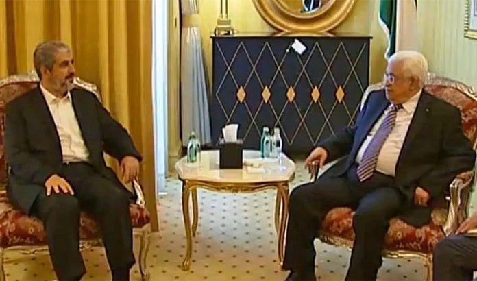 PA-leder Mahmoud Abbas og Hamas-leder Khaled Mashaal i møte i mai 2014. (Foto: Skjermdump fra PPO / YouTube)