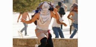 Maskerte steinkastende opprørere. (Illustrasjonsfoto: Det israelske politiet)