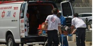 Her legges den skadde soldaten inn i ambulansen på Golan-høydene onsdag. (Foto: Tazpit)
