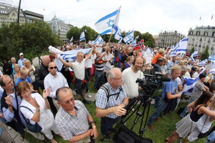 Flere hundre venner av Israel var samlet til støttemarkering foran Stortinget i dag. (Foto: Atle Hansen)