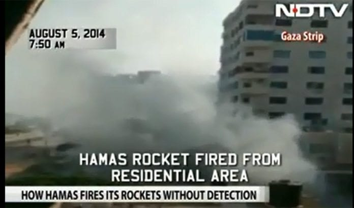 Her avfyres en rakett av terrorister i Gaza like utenfor hotellet til et indisk tv-team. (Foto: Skjermdump fra NDTV / YouTube)