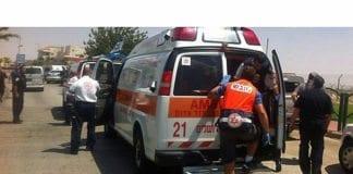 Her blir den knivstukkede sikkerhetsvakten hentet av medisinsk personell. (Foto: Magen David Adom)