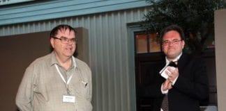 Odd Myrland (t.v.) har vært redaktør for MIFFs medlemsavis Midtøsten i fokus siden 1994. I juni ble han takket for 20 års trofast jobb av MIFFs styreleder Morten Fjell Rasmussen. (Foto: Tor-Bjørn Nordgaard)
