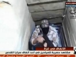 Her viser terrorister i Gaza frem en operativ tunnel for avfyring av langdistanseraketter mot Israel. (Foto: Skjermdump fra Ynetnews.com)