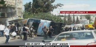 Gravemaskinen som ble styrt av en terrorist, veltet en buss i Jerusalem. (Foto: Skjermdump fra Channel 2)