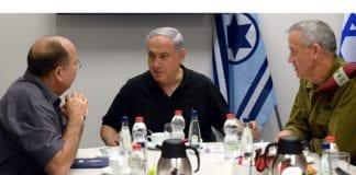 Forsvarsminister Moshe Ya'alon (f.v.), statsminister Benjamin Netanyahu og forsvarssjef Benny Gantz lede Israels krig mot Hamas og de andre terrororganisasjonene på Gaza-stripen i juli og august. (Foto: GPO)