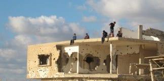 Palestinske barn leker på en bygning med krigsskader i 2011. (Illustrasjonsfoto: Shareef Sarhan, FN)