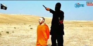 """En bøddel fra """"Den islamske staten"""" halshugger journalisten Steven Sotloff i en grotesk video. (Foto: Skjermdump fra Israel Hayoms web-tv)"""