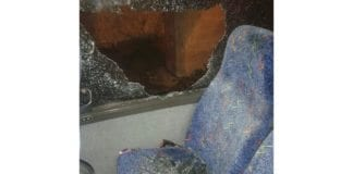 Knust rute i den ene av bussene som ble angrepet mandag. (Foto: Tzevet Hatzalah)