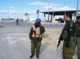 Israelske soldater ved kontrollposten utenfor byen Kalkilya. (Illustrasjonsfoto: CC / Flickr.com)