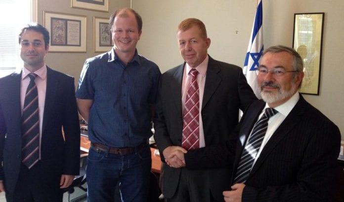 Med Israel for freds Conrad Myrland og Jan Benjamin Rødner har allerede ønsket ambassadør Rafi Schutz velkommen til Norge under et møte på Israels ambassade. Helt til venstre er Dan Poraz, som etter planen skal overta jobben som førstesekretær på nyåret. (Foto: Israels ambassade)