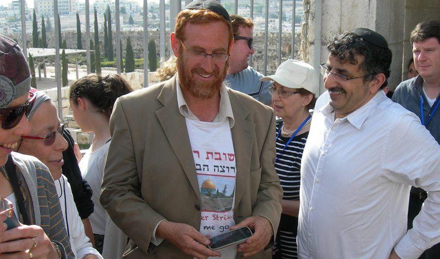Yehuda Glick (midten) under en gruppeomvisning for jøder på Tempelplassen. (Foto: Miriam Bunimovich, Tazpit)