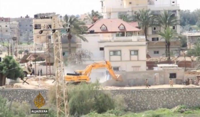 Egyptiske myndigheter ødelegger om lag 800 hjem langs Gaza-grensen for å styrke sikkerheten. (Foto: Skjermdump fra Al Jazeera)