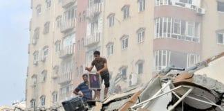 Palestinere rydder opp i ruinene av et høyhus som ble bombet av israelske luftstyrker 24. august 2014. Til tross for de store ødeleggelsene anser et flertall av palestinerne krigen som en seier. (Foto: Shareef Sarhan, FN, flickr.com)
