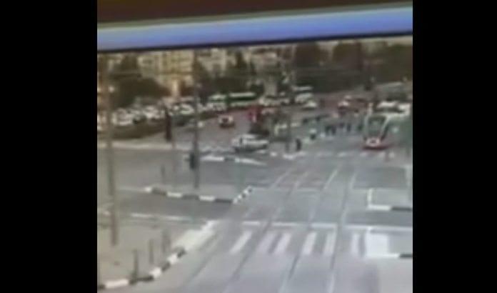 Overvåkningsbilder viser hvordan en bil (midten) plutselig gjør en krapp sving og kjører ned en rekken med mennesker på trikkeholdeplassen. (Skjermdump fra YouTube)