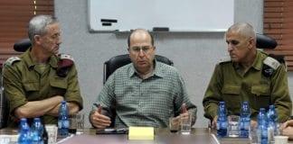 Forsvarssjef Moshe Ya'alon sammen med forsvarssjef Benny Gantz (t.v.) og sjef for IDFs Sørkommando Sami Turgeman. (Foto: IDF)