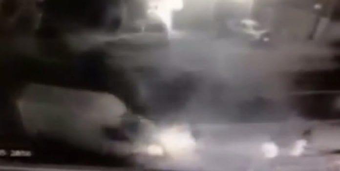 Skjermdump fra overvåkningskamera som viser da varebilen kjørte inn i de tre soldatene.