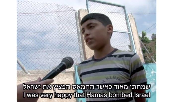 Skolebarn fra UNRWA-skoler forteller hva de lærer om Israel og konflikten av FNs lærere. Barna blir forberedt på krig, ikke til fred. (Skjermdump fra film)