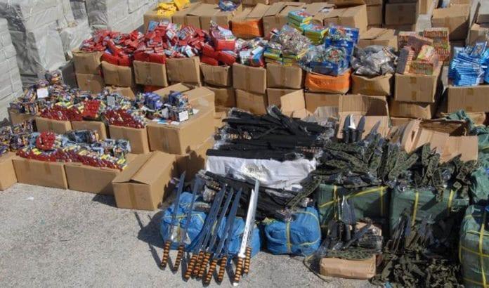 Dette er noen av de flere tusen våpnene som ble beslaglagt torsdag, før de havnet i hendene på opprørere i Øst-Jerusalem. (Foto: Det israelske politiet)