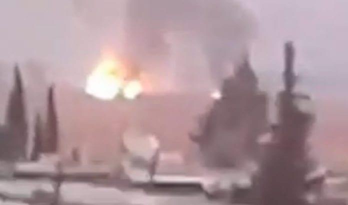 Privatopptaket fra syrisk TV viser det som skal ha vært én av eksplosjonene etter luftangrepene 7. desember 2014.