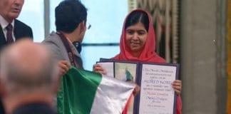En mexicansk student tok seg ulovlig inn på utdelingen av Nobelprisen. (Skjermdump via Nobel Media/ NRK/ Reuters)