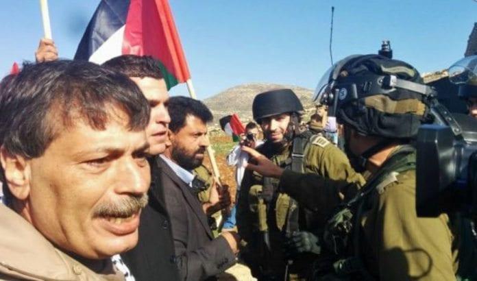 Den palestinske ministeren Ziad Abu Ein under demonstrasjonen der han kollapset og døde. (Foto: Skjermdump fra Twitter)