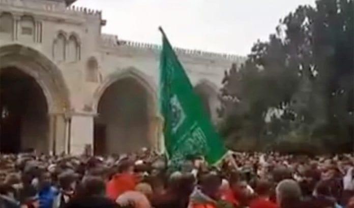 Demonstranter med Hamas-flagg på Tempelhøyden. (Foto: Skjermdump fra Jerusalem Posts nett-tv)hamasdemo på tempelhøyden skjermdump jpost