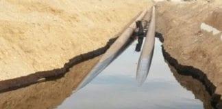 Store mengder olje har lekket ut fra disse rørledningene to mil fra Eilat. (Foto: Brannvesenet i Eilat)