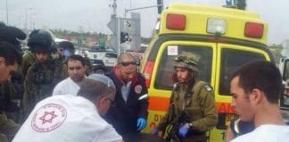 Her ankommer ambulansepersonell åstedet for fredagens syreangrep. (Foto: Magen David Adom)