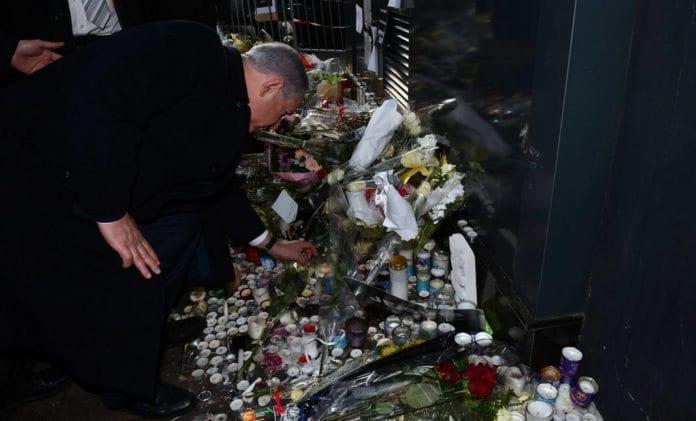 Statsminister Benjamin Netanyahu tenner lys til minne om de fire jødene som ble drept ved en kosher-butikk i Paris fredag 9. januar 2015. (Foto: GPO)