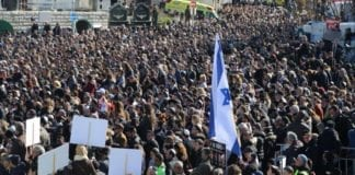 Tusenvis deltok i begravelsen for terrorofrene fra Paris. (Foto: Micky Rosenfeld, Twitter)