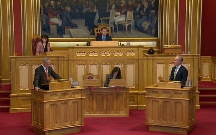 Stortingsrepresentant Hans Olav Syversen (KrF) og kommunal og moderniseringsminister Jan Tore Sanner (H) under spørretimen 28. januar 2015. (Foto: Stortingets videoarkiv)