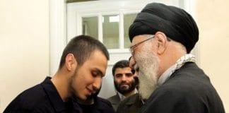 Irans øverste leder Ayatollah Khamenei sammen med en av soldatene som ble drept i et luftangrep i Syria søndag, Jihad Mughniyeh. (Foto: @khamenei_ir, Twitter)