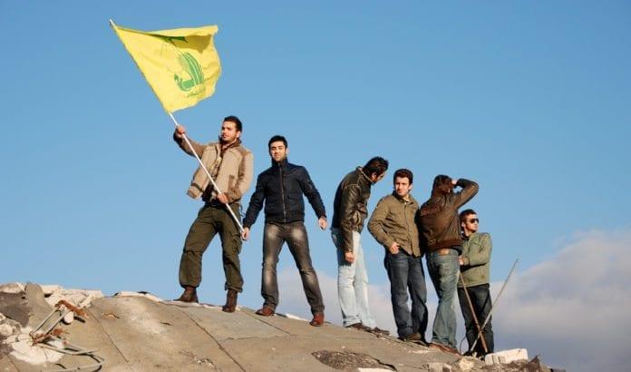 Ungdom i Beirut med Hizbollah-flagg. (Foto: Paul Keller, flickr)