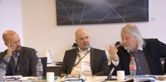 Kringkastingsrådets leder Per Edgar Kokkvold (til høyre) irettesatte NRK-ledelsen i dagens møte. Til venstre for Kokkvold: NRKs nyhetsdirektør Per Arne Kalbakk og kringkastingssjef Thor Gjermund Eriksen. (Foto: Skjermdump fra Nrk.no)