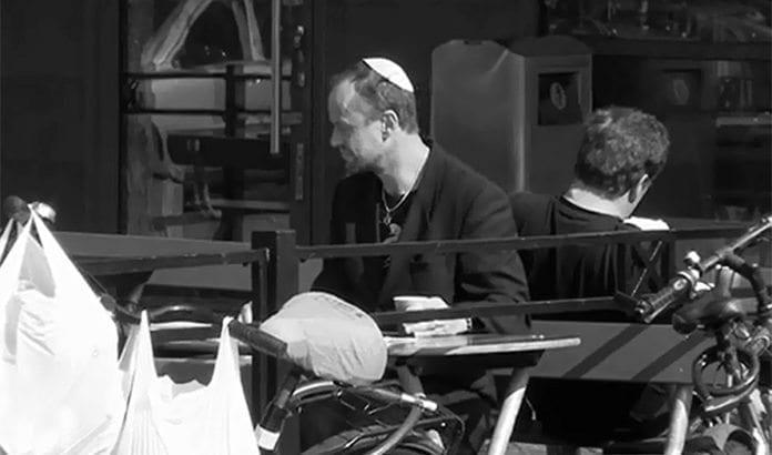 Her er reporter Petter Ljunggren på kafé i Malmø med kippa på hodet. (Foto: Skjermdump fra SVT)