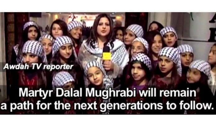Awdahs reporter utroper terroristen Dalal Mughrabi som et eksempel for en ny generasjon palestinske barn. (Skjermdump fra Awdah, via PMW)