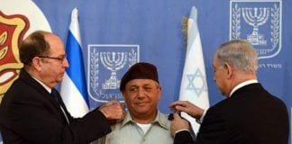 Gadi Eizenkot innsettes som ny forsvarssjef av forsvarsminister Moshe Ya'alon og statsminister Benjamin Netanyahu. (Foto: GPO)